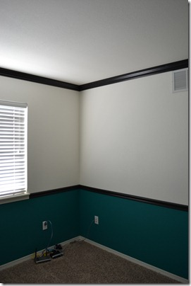 Black crown molding and chairrail